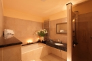 Elysee Apartments - Elysee Apartment Bathroom